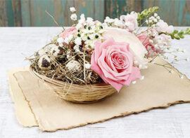 Osterarrangement mit Rosen, Levkojen und Hahnenfuß