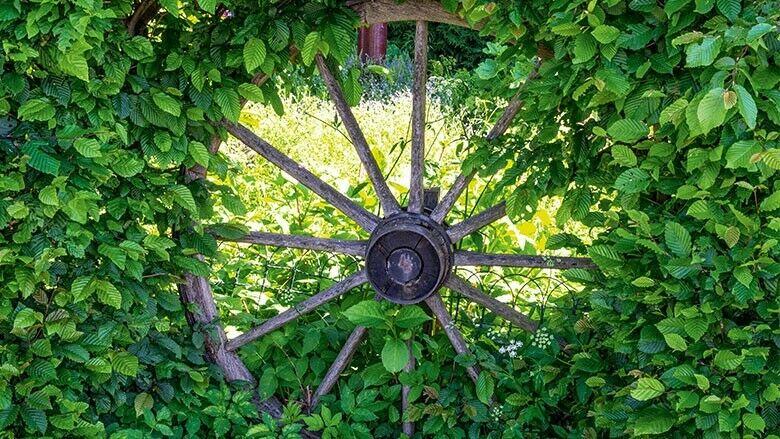 Wagenrad im Garten