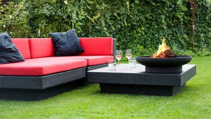 Romantisches Lagerfeuer In Feuerschale Im Garten