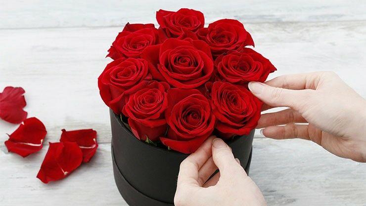 Valentinsüberraschung mit roten Rosen