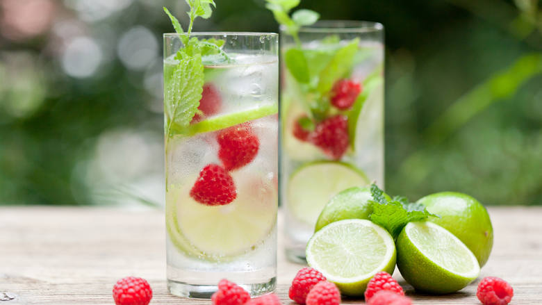Wasser mit Himbeeren, Limetten und Minze